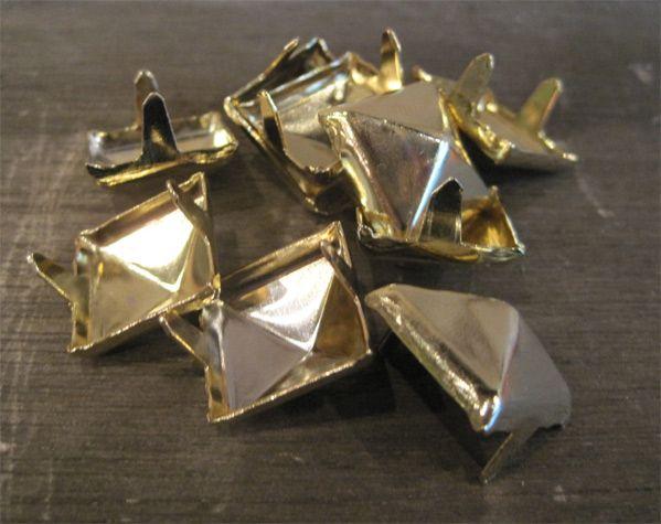 STUDS PYRAMID GOLD